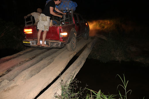 Vorsichtiges Überqueren der Brücke nach Konjorlloe in der Nacht