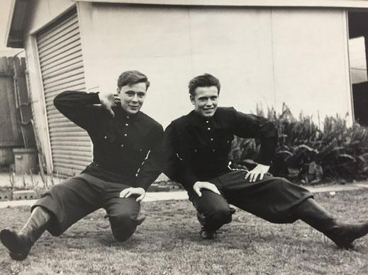 Михаил Овчинников (справа) в молодости  с братом Иваном