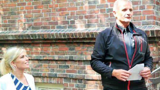 Holger Prischmann besucht auch als BüNaBe-Stadtteilpolizis gern Einrichtungen in seinem Quartier. Hier ist er jedoch als Spendenausschuss-Vorsitzender der WAHA im Einsatz.