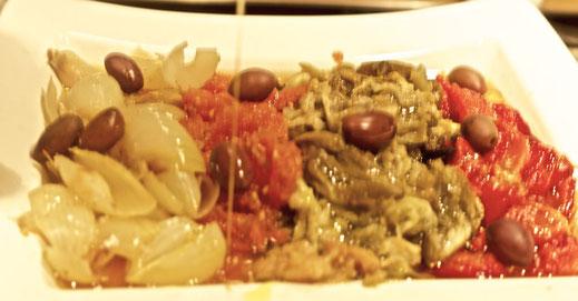 Typisches Rezept aus dem Mittelmeerraum mit Paprika, Aubergine, Zwiebeln, Tomate, Knoblauch und natives Olivenöl extra