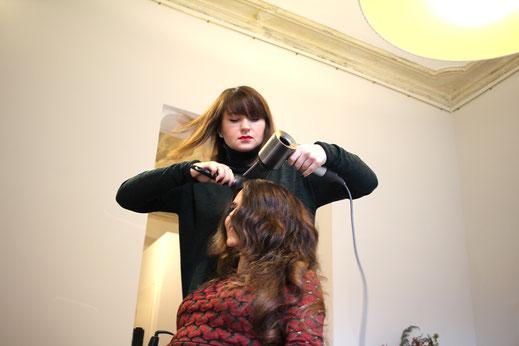 Violetta Barynova beim Fönen. Foto: Eva Rusch