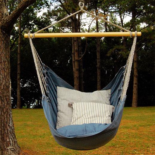 chaise hamac bleu et coussins rayés