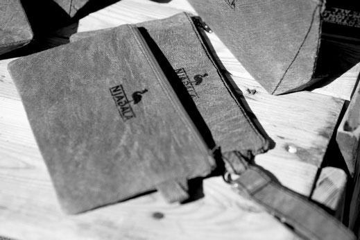 Natürliche Produkte und nachhaltige Mode aus Barkcloth, einer veganen Lederalternative, hergestellt im Rahmen eines gemeinnützigen Projektes - dafür steht Njagala.