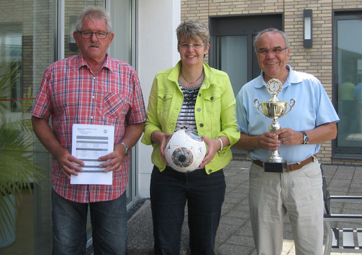 Werner Bülter, Marianne Finke-Holtz und Heinz Homölle vom KJA nach der Auslosung in der Kreissparkasse Steinfurt