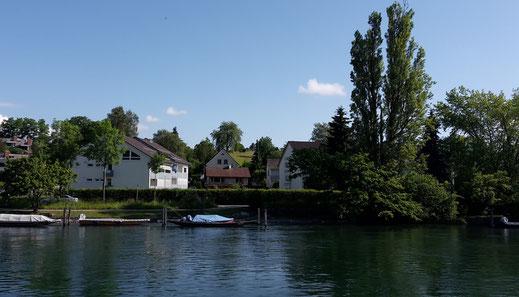 Blick vom Rhein auf das Haus am Sonnenberg (Bildmitte)