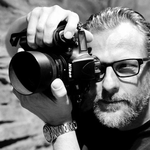 Fotograf Lars Winterbach mit Kamera
