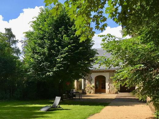 Gîte Douceur Angevine, meublé de tourisme 3 étoiles pour 4 personnes au Domaine de Joreau à Gennes, grand jardin, confort, authenticité