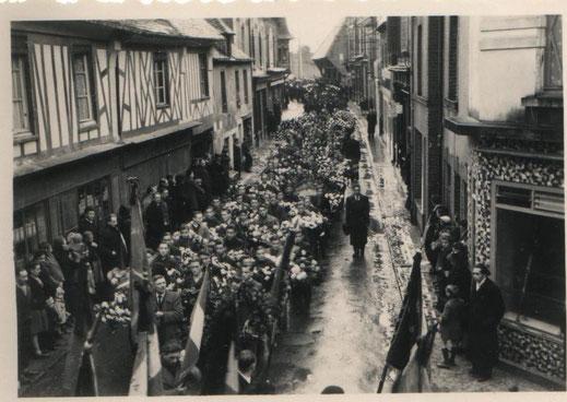 Défilé Novembre 1946 - Coll Houssemaine