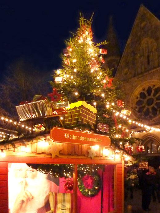 In der Weihnachtsmann-Hütte nimmt der Weihnachtsmann Wunschzettel der Kinder entgegen.