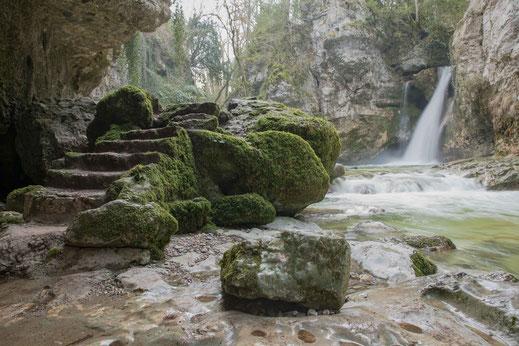 Der Wasserfall Tine de Conflens ist ein  Kraftort im  Jura  Schweiz