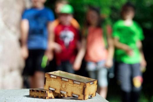 Kleine Kinder beim Spiel der Kinderversion vom Berggeheimnis: Annis Schwarzwald Geheimnis