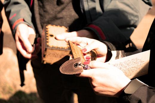 Eine Dame ergattert sich einen Schlüssel um ein Schloss zu öffnen
