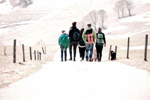Eine Gruppe spielender Escape-Gamer am Schauinsland