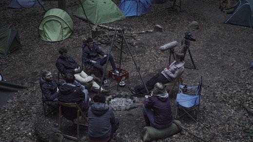 Die EVE Filmcrew sitzt im Lager-Set und wartet auf passende Lichtverhältnisse.
