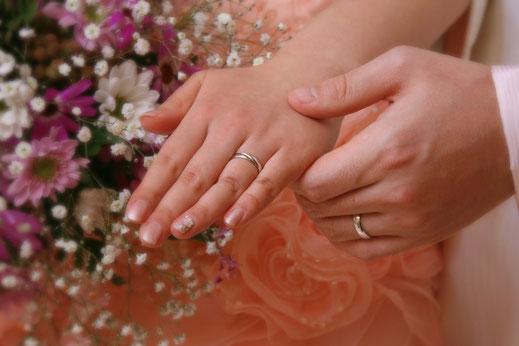 Pt900手作り結婚指輪「手を握り合う」