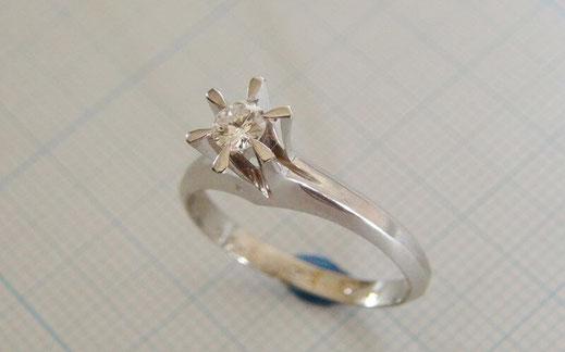定番のダイヤモンド立て爪のプラチナ婚約指輪