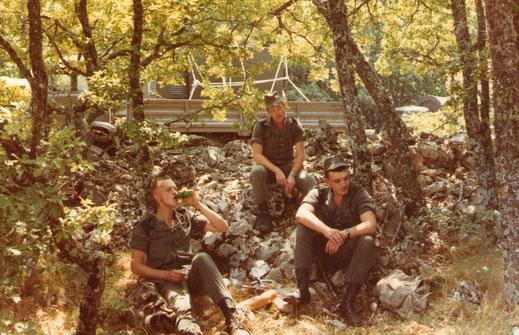 Sous les frondaisons, le même à droite avec deux sergents P.D.L. (pendant la durée légale) -Fonds Poujol