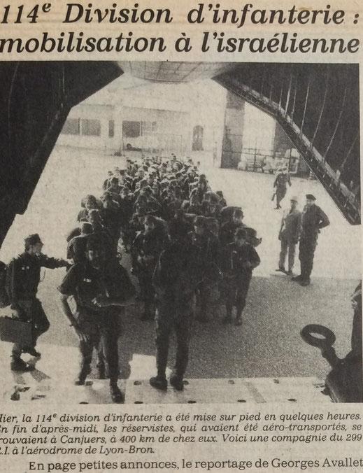 Embarquement de la C.E.A. à BRON : à g. CNE MARIN (CUE, avec sa mallette), en tête de colonne SLT CHAZIT,              de dos CNE COMPARAT)