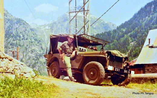 La S.E.R. en action civilo-militaire au Rivier d'Almont lors de la réhabilitation des sentiers de randonnée en 1974 (Fonds TANGUY)
