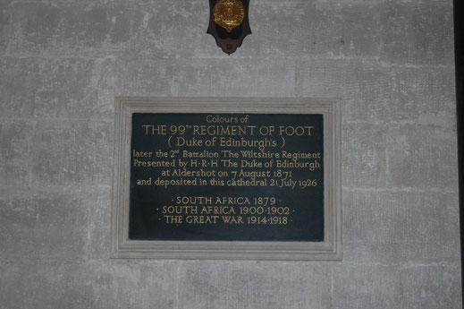 Plaque apposée dans la grande nef de la cathédrale de Salisbury (Royaume-Uni))