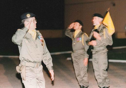 Le CNE CARECCHIO, CUE de la 3e Cie du 299e R.I. et son porte-drapeau l'ADC HUGON, passés en revue le soir de la dissolution des régiments par le CDC du 99e R.I. commandant des Troupes.