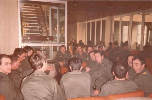 De face, de g. à d. : CNE Méjean, LCL Esnault (affecté après son départ du régiment à l'EM de la 51e DMT), CNE Genthialon, LTN Catil, X, LTN Coupat, CNE Notter, CBA Bouteillé, CNE Vaucansson, LCL Marin, CBA Fernandez, X.