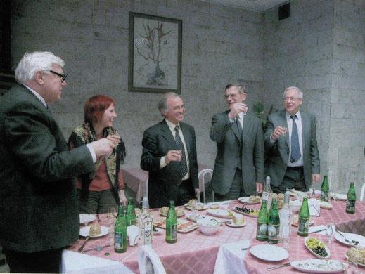 2005 год. Банкет в Московском инженерно-физическом институте (НИЯУ «МИФИ») в связи с присуждением Николасу Кульбергу (на фото – в центре) звания почетного доктора МИФИ