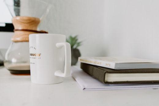 ライラックの花とハードカバーのノート。