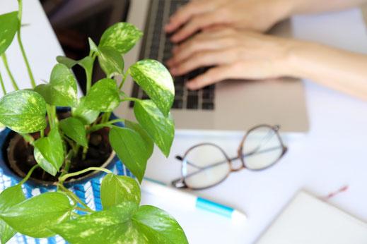 旅行鞄と卒業証書。紙飛行機。卒業旅行のイメージ。
