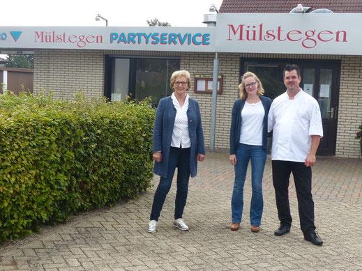 Die ehemalige Inhaberin Johanna Mülstegen-Becker mit Susanne Stentenbach-Petzold und Mark Petzold