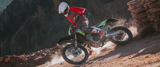 Fantic Enduro XEF Competition mit Powerslide auf Schotterweg