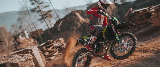Fantic Enduro XEF 125 Competition mit Wheelie auf Schotterpiste