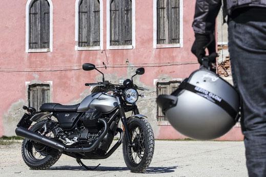 Moto Guzzi V7 III Rough mit Jethelm Rough rechte Seite
