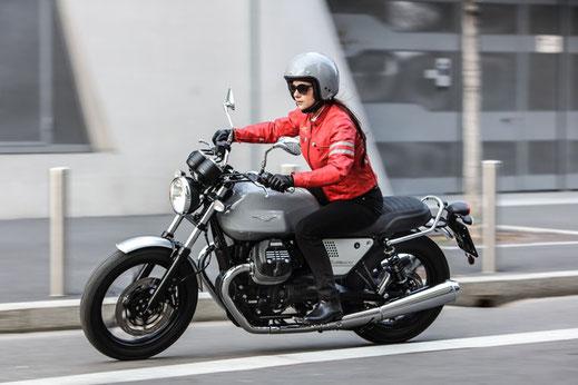 Moto Guzzi V7 III Rough mit Jethelm Rough von oben