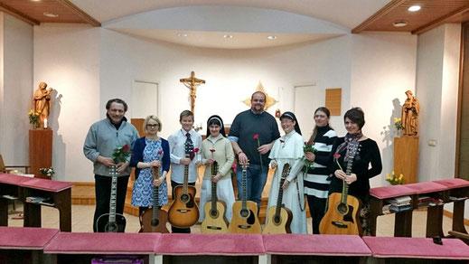 Gitarrenkonzert des wöchentlichen Gitarrenkurses im Kloster.