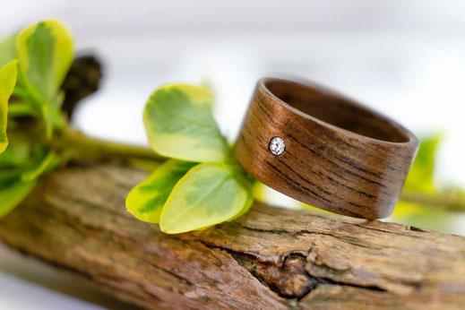 individuell gefertigter Holzing schichtverleimt, Nussholz mit Swarovski Kristall
