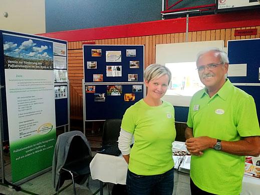 Frau Gerard und Dr. Zeuner am Info-Stand