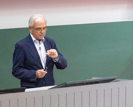 Dr. Zeuner gibt einen Überblick über Geschichte und heutige Möglichkeiten der Palliativmedizin sowie die notwendige Unterstützung durch den Förderverein