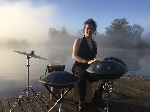 Handpans, Rav-Vast, Becken, Djembe und Cajon auf Steg am Wasser