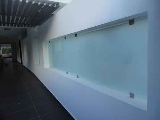 γυάλινος τοίχος, επένδυση τοίχου με γυαλί, γυαλί σε τοίχο, τζάμι σε τοίχο, επένδυση γυαλιού σε τοίχο, επένδυση γυαλιού χρώματος σε τοίχο