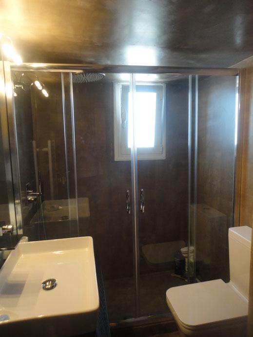 γυάλινη καμπίνα μπάνιου, γυαλί συρόμενο φύλλο γυαλιού στο μπάνιου. Καμπίνα ντους, καμπίνα μπανιέρας