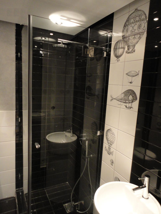 Καμπίνα μπάνιου γυάλινη ανοιγόμενη πόρτα. Πόρτες γυάλινες για μπάνιο, πόρτα μπάνιου με τζάμι. Γυάλινες καμπίνες
