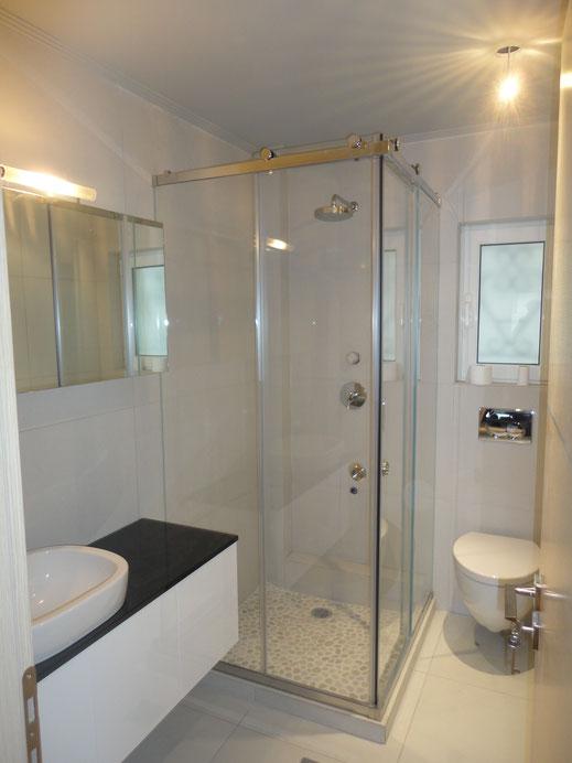γυαλί σταθερό στο μπάνιο. Γυάλινη ντουζιέρα, γυάλινη μπανιέρα. Γυάλινος τοίχος μπάνιου, γυαλί στο μπάνιο. Γυάλινη καμπίνα ντους, γυάλινη καμπίνα μπάνιου