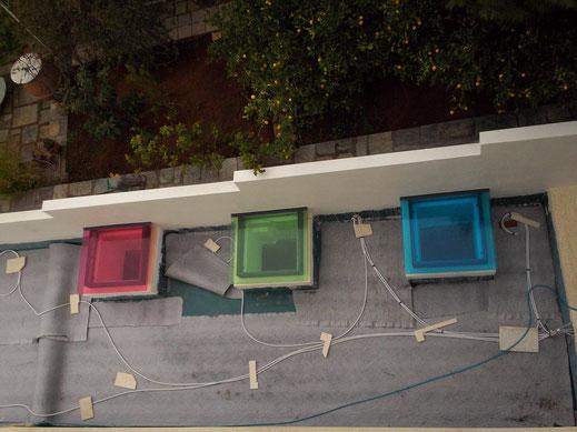 Γυάλινα σκέπαστρα χρωματιστά σε ταράτσα-μπαλκόνι