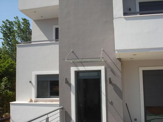 Γυάλινα στέγαστρα σε πόρτες και παράθυρα