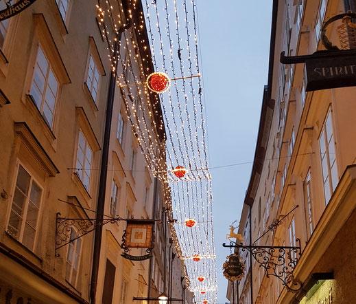 Weihnachtsbeleuchtung in der Getreidegasse in Salzburg