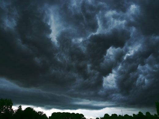 ... eine unheimlich schwarze Wolke kroch über das Kloster. Foto: © Dimitri Castrique / www.sxc.hu