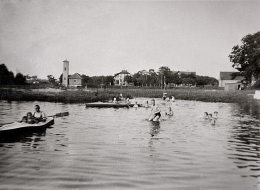 Bis in die sechziger Jahre hinein war das Baden im Dorfteich eine beliebte Freizeitbeschäftigung