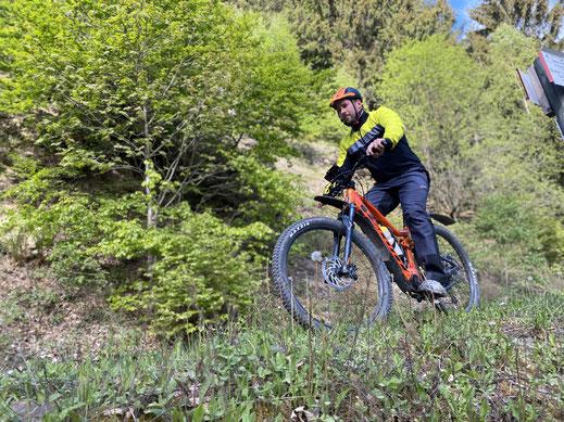 Oli vom Harzer E-Bike Verleih auf einem Fully bei der Tour von Seesen zur Innersten