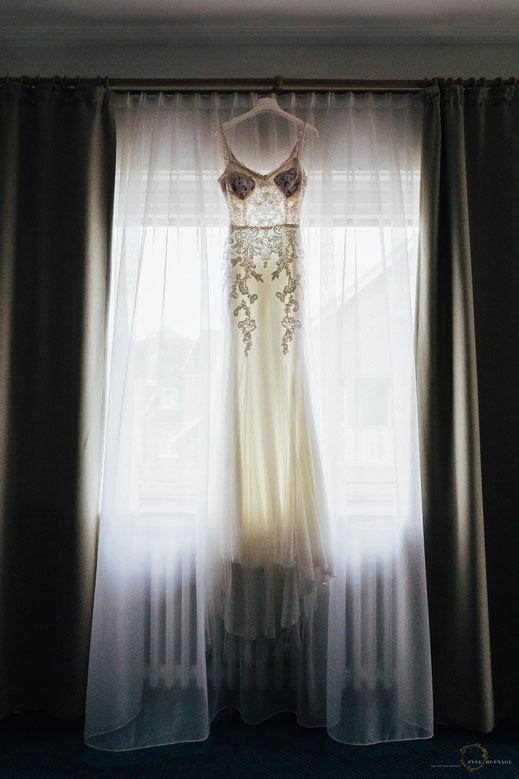 Foto Hochzeitskleid Fenster - Moderne Hochzeitsfotografie // Fotografin: Anne Hufnagl